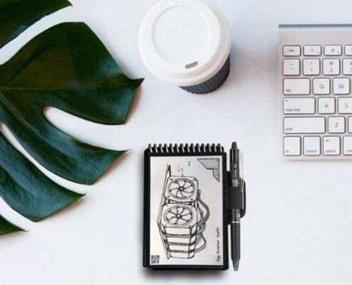 Cahier réutilisable EverlastMini sur table blanche avec clavier, café et feuille