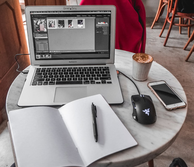 Homme avec ordinateur et cahier blanc à la maison