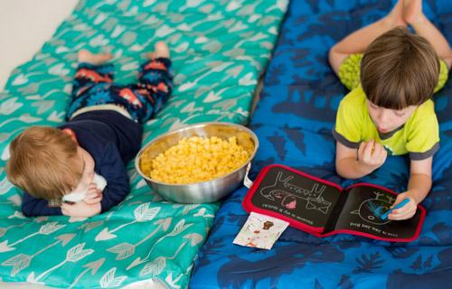 2 enfants jouant avec un cahier réutilisable jaq jaq bird