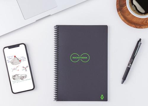 cahier réutilisable rocketbook everlast avec téléphone, ordinateur et stylo