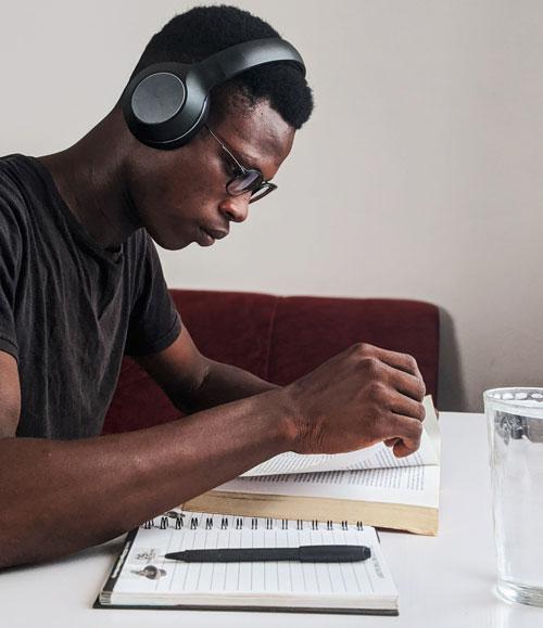 étudiant en train de lire, avec un cahier réutilisable