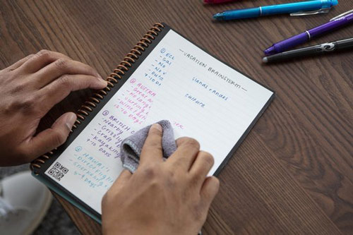 Cahier réutilisable rockebook core avec lignes sur table en bois brun