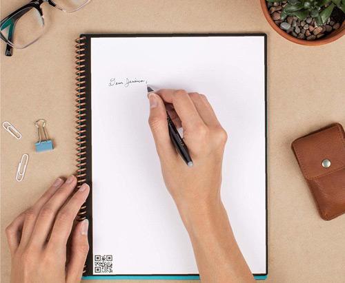 Cahier réutilisable avec persone Rocketbook Everlast avec main