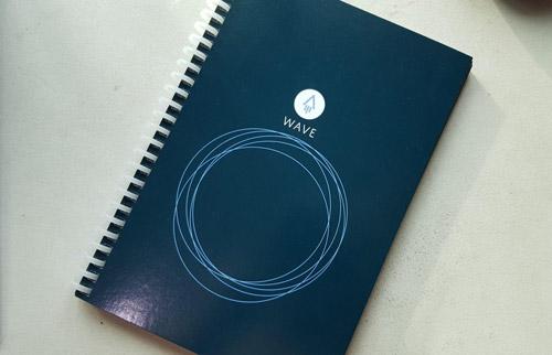 Cahier réutilisable rocketbook wave bleu bleu sur table