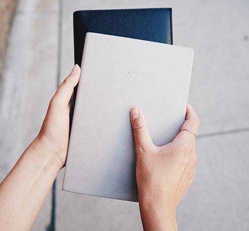 Guide d'achat : 2 cahiers réutilisables entre des mains extérieur