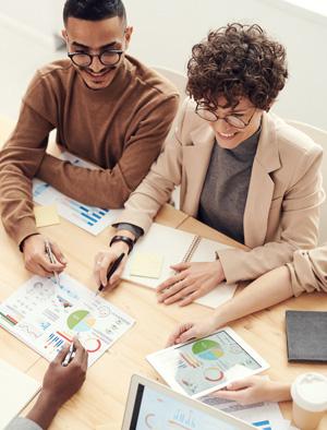 Homme et femme autour d'une table en train de travailler