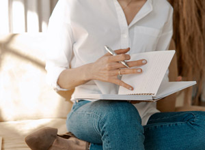 Femme en train de feuilleter un cahier