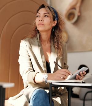 Femme au regard fixe assis sur chaise devant table