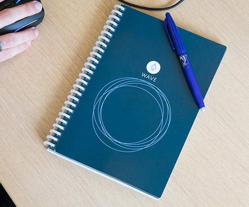 Rocketbook wave A5 sur table beige avec stylo effaçable