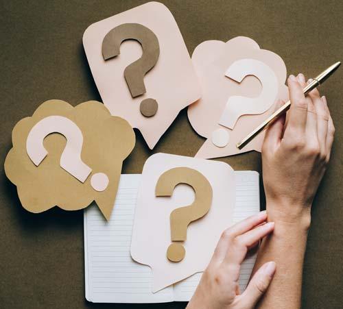 FAQ cahier réutilisable avec point d'interrogation et mains