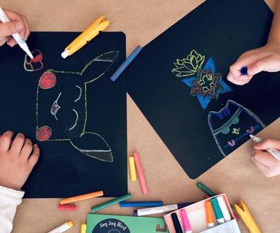 2 papiers ardoises jaq jaq bird avec enfants en train de dessiner