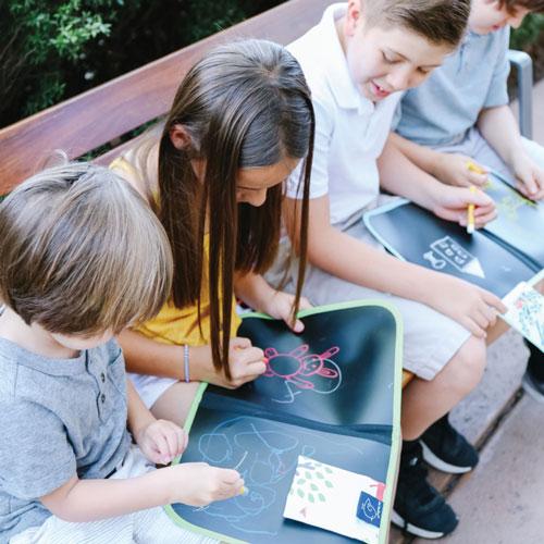 Enfants en train de dessiner sur cahiers ardoises Jaq Jaq Bird